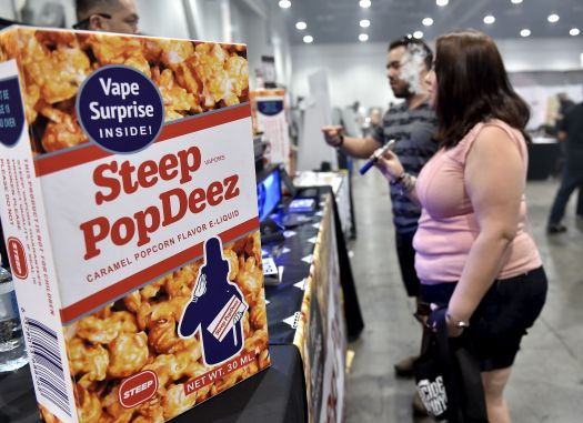 Teilnehmer am Vape Summit 3 in Las Vegas probieren Vape Pens neben E-Zigaretten-Flüssigkeit, verpackt wie Cracker Jack