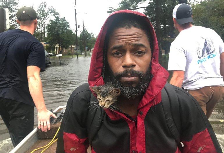 Survivant le chaton se blottit à l'intérieur de la veste de Robert Simmons Jr. alors que les deux hommes fuient la montée des eaux à New Bern, en Caroline du Nord, à la suite de l'ouragan Florence.