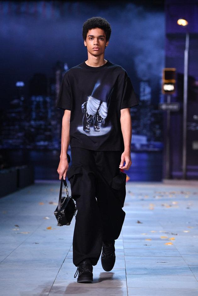 マイケル・ジャクソンをテーマにした服装で歩くモデル