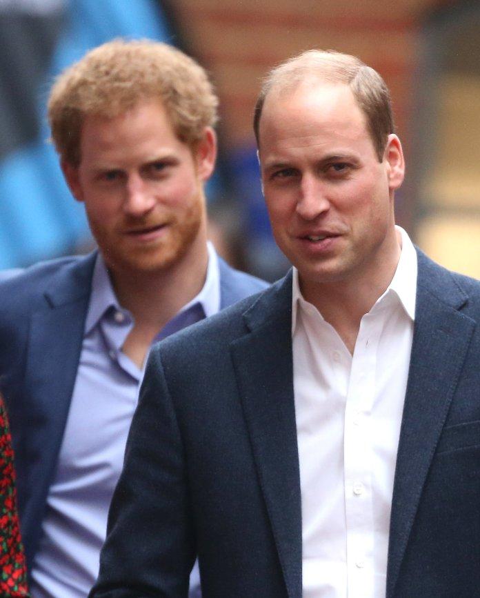 El Príncipe Harry y el Príncipe William asisten a una fiesta de Navidad para voluntarios en el servicio juvenil The Mix en diciembre ...