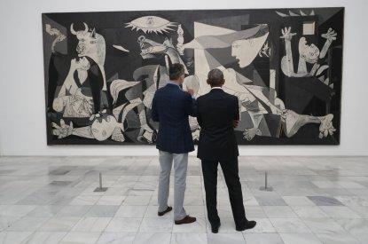 Felipe VI y Barack Obama observando el 'Guernica' en el Museo Reina