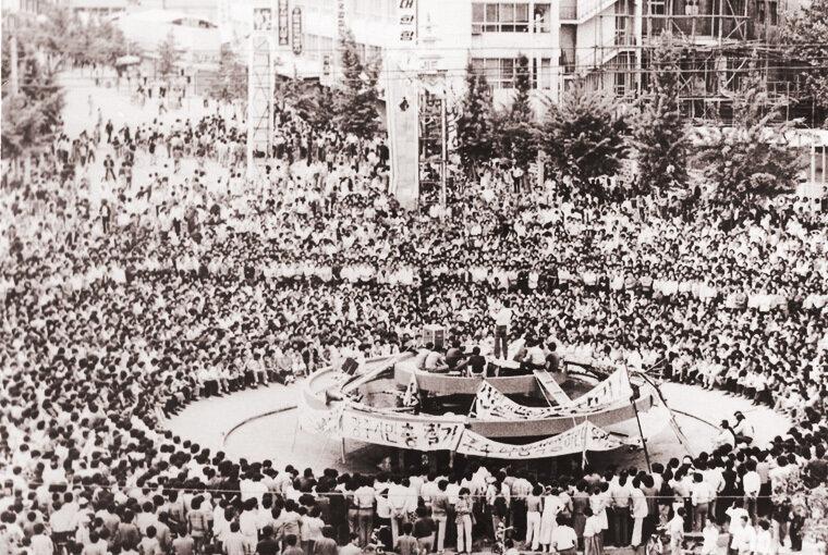 항쟁기간 전남도청앞 광장은 사태의 추이를 알고자 하는 시민들로 가득 메워졌고, 항쟁지도부는 민주수호범시민궐기대회를 통해 사태의 본질을 알리는 한편 시국을 성토하였다.