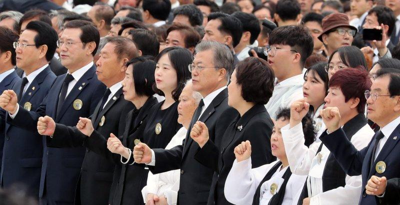 문재인 대통령이 18일 광주 국립 5·18민주묘지에서 열린 제39주년 5·18민주화운동 기념식에서 '임을 위한 행진곡'을 제창하고 있다.