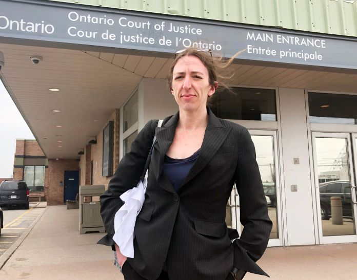 La abogada de defensa criminal Alison Craig se encuentra frente a un juzgado de Toronto entre los casos.  Ella representa ...