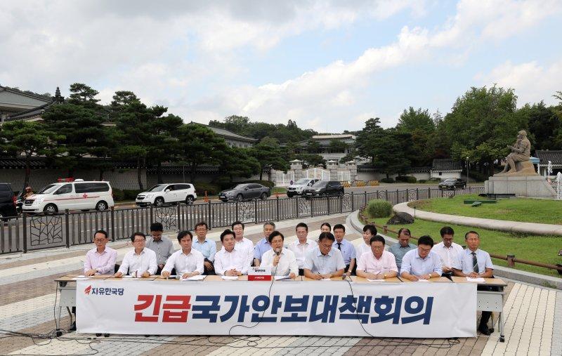 황교안 자유한국당 대표가 16일 오후 서울 종로구 청와대 분수대 앞에서 긴급국가안보대책회의 기자회견을 갖고 모두발언을 하고 있다. 2019년 8월16일.