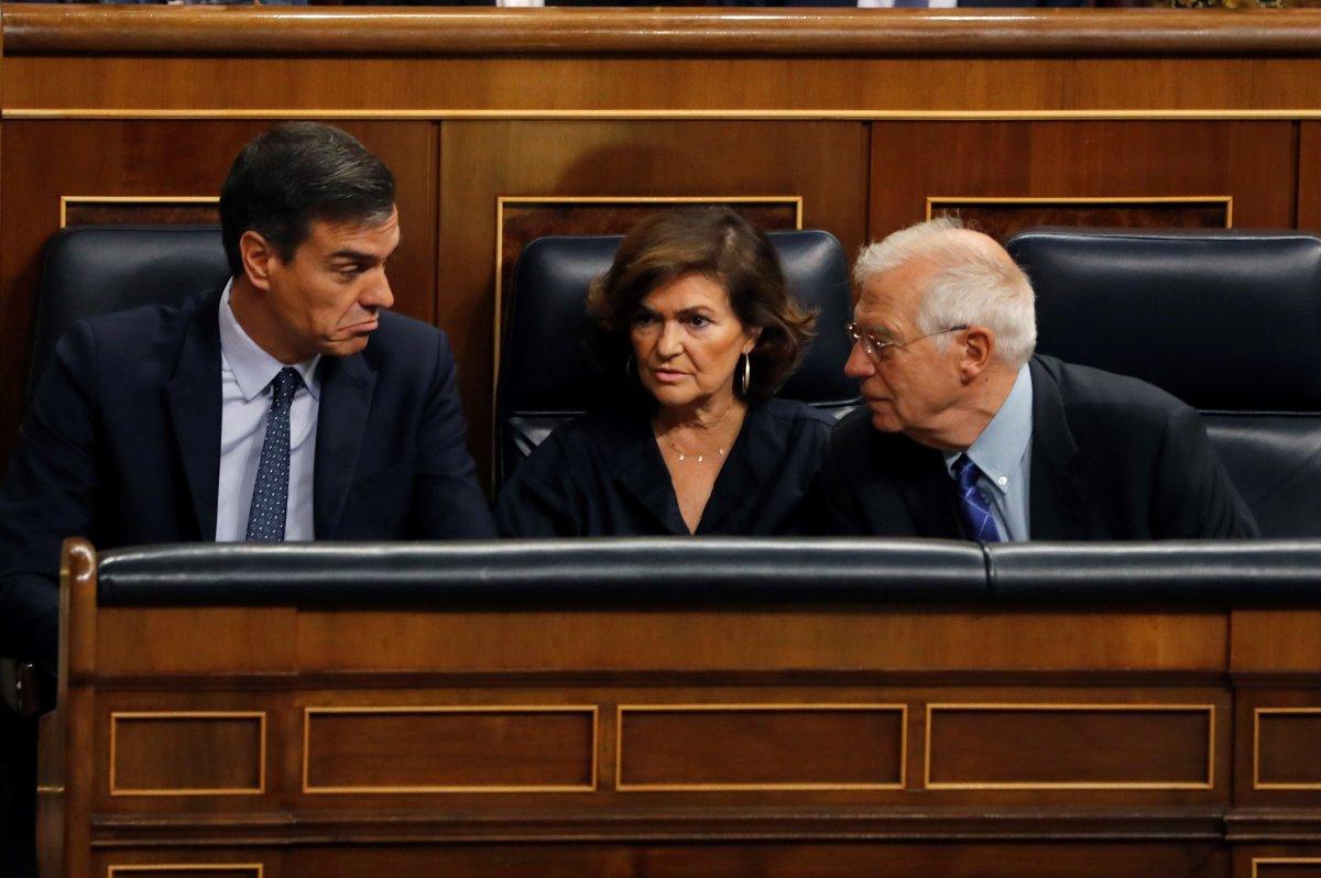 El presidente del Gobierno en funciones, Pedro Sánchez (i), la vicepresidenta, Carmen Calvo y el ministro...
