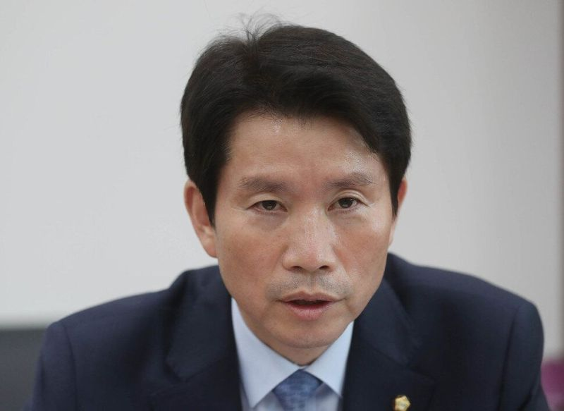 이인영 민주당 원내대표가 11일 오후 서울 여의도 국회 민주당 원내대표실에서 한겨레와 직격인터뷰를 하고 있다