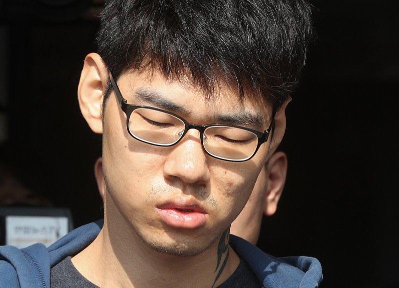 사진은 2018년 10월, PC방 살인 사건 피의자 김성수가 정신감정을 받기 위해 이송되는 모습. 그는 1심에서 징역 30년형을 선고 받았다.