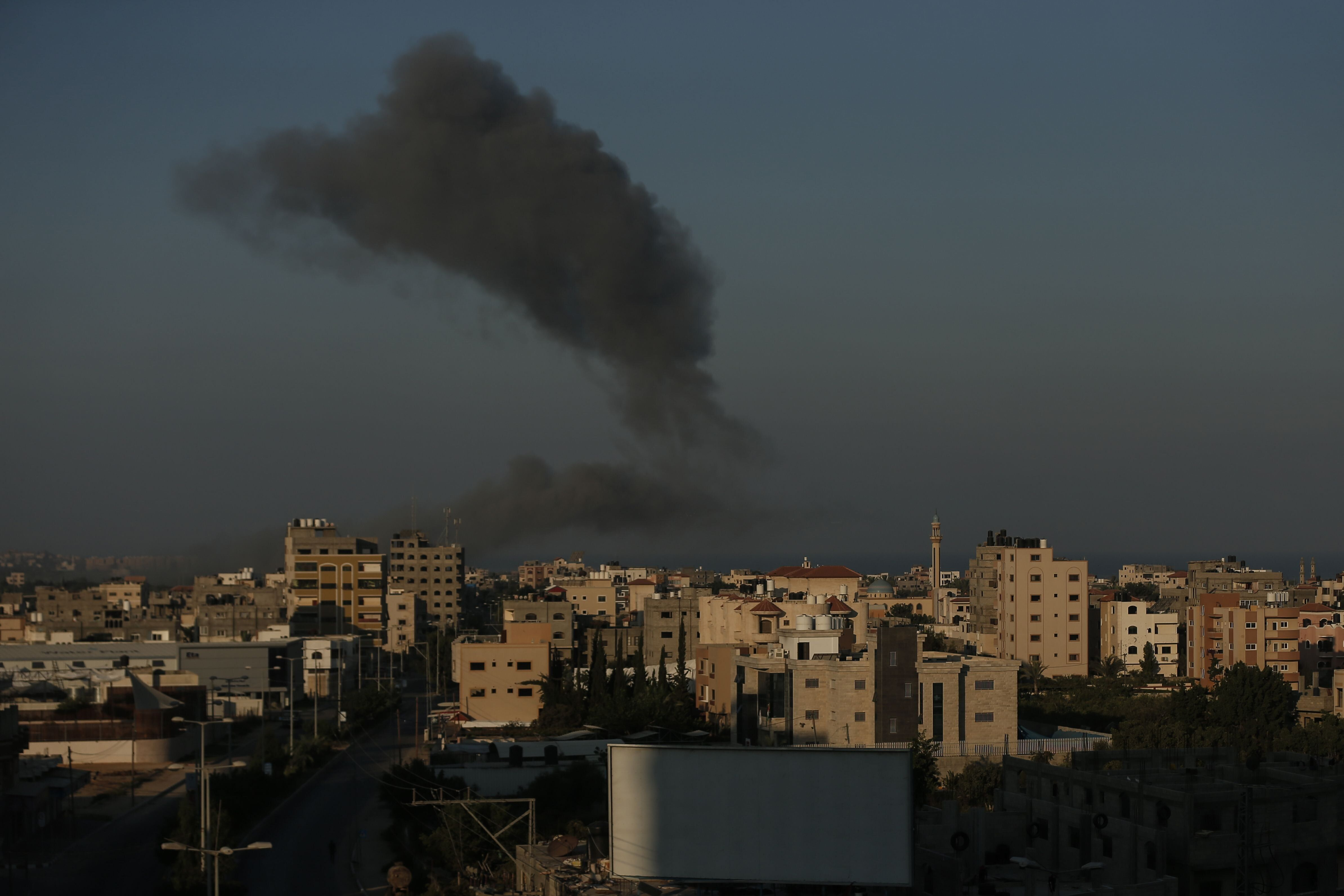 Le 28 août, de la fumée plane au-dessus de Gaza après des tirs israéliens....