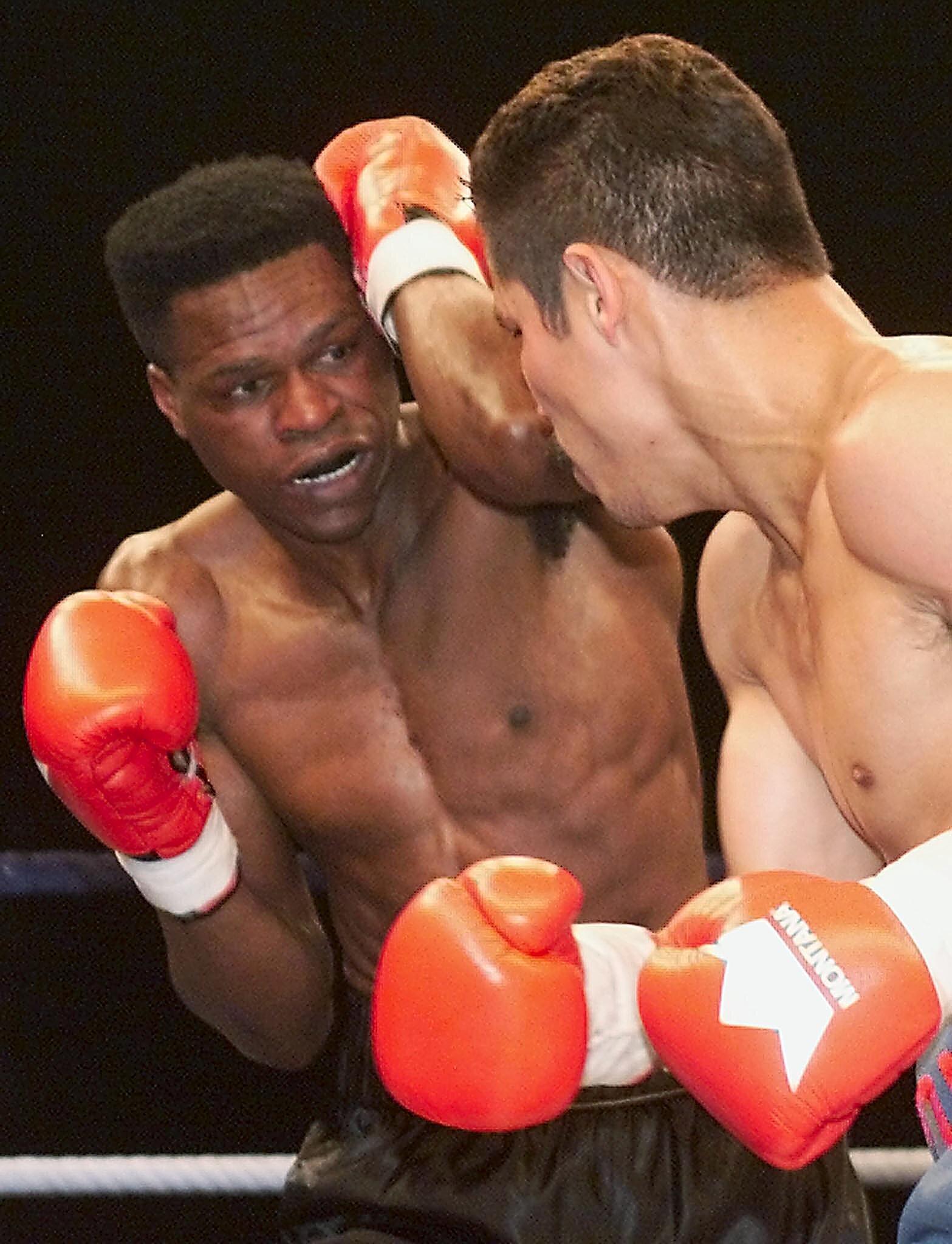 Le boxeur Jean-Baptiste Mendy (à gauche) et son adversaire Pedro Garcia au Palais des Sport de...