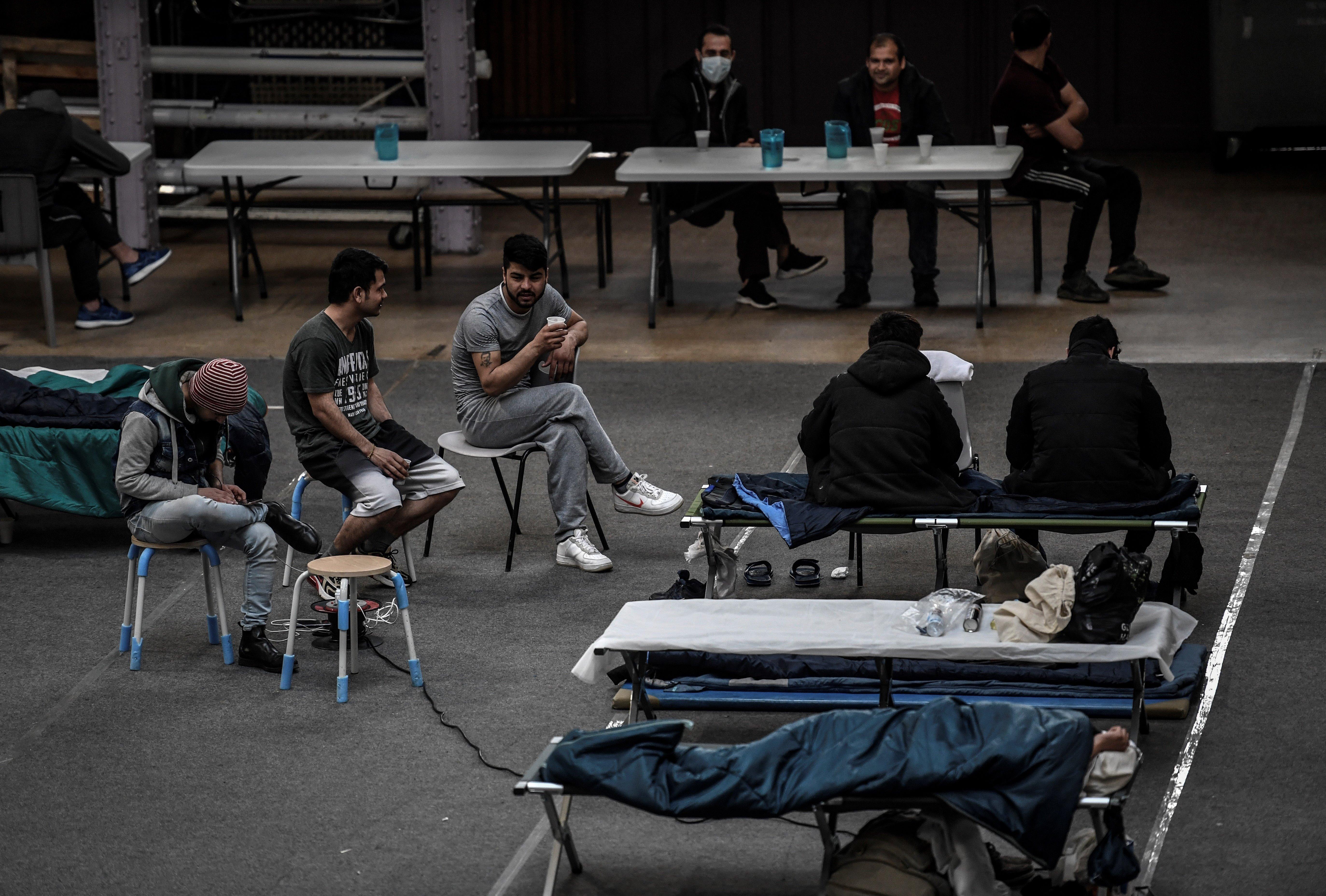 À l'image de ce gymnase utilisé pour héberger des migrants au mois de mars, au plus fort de l'épidémie,...