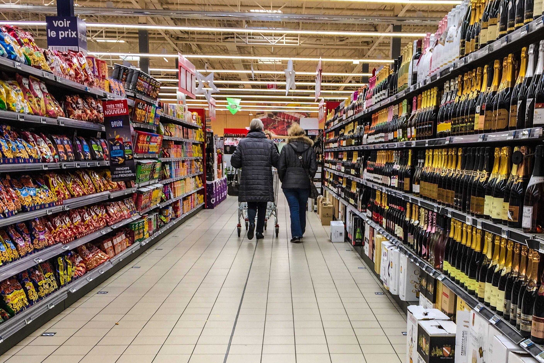 Plusieurs personnes font les courses dans un supermarché de Lille, dans le Nord de la France,...