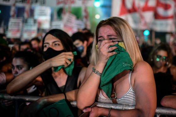 아르헨티나 상원이 낙태 (낙태)를 합법화하는 법안을 통과시킨 직후, 투표 결과를 지켜 보는 의회 외부의 여성들은 기쁨을 공유합니다.  아르헨티나 부에노스 아이레스.  2020 년