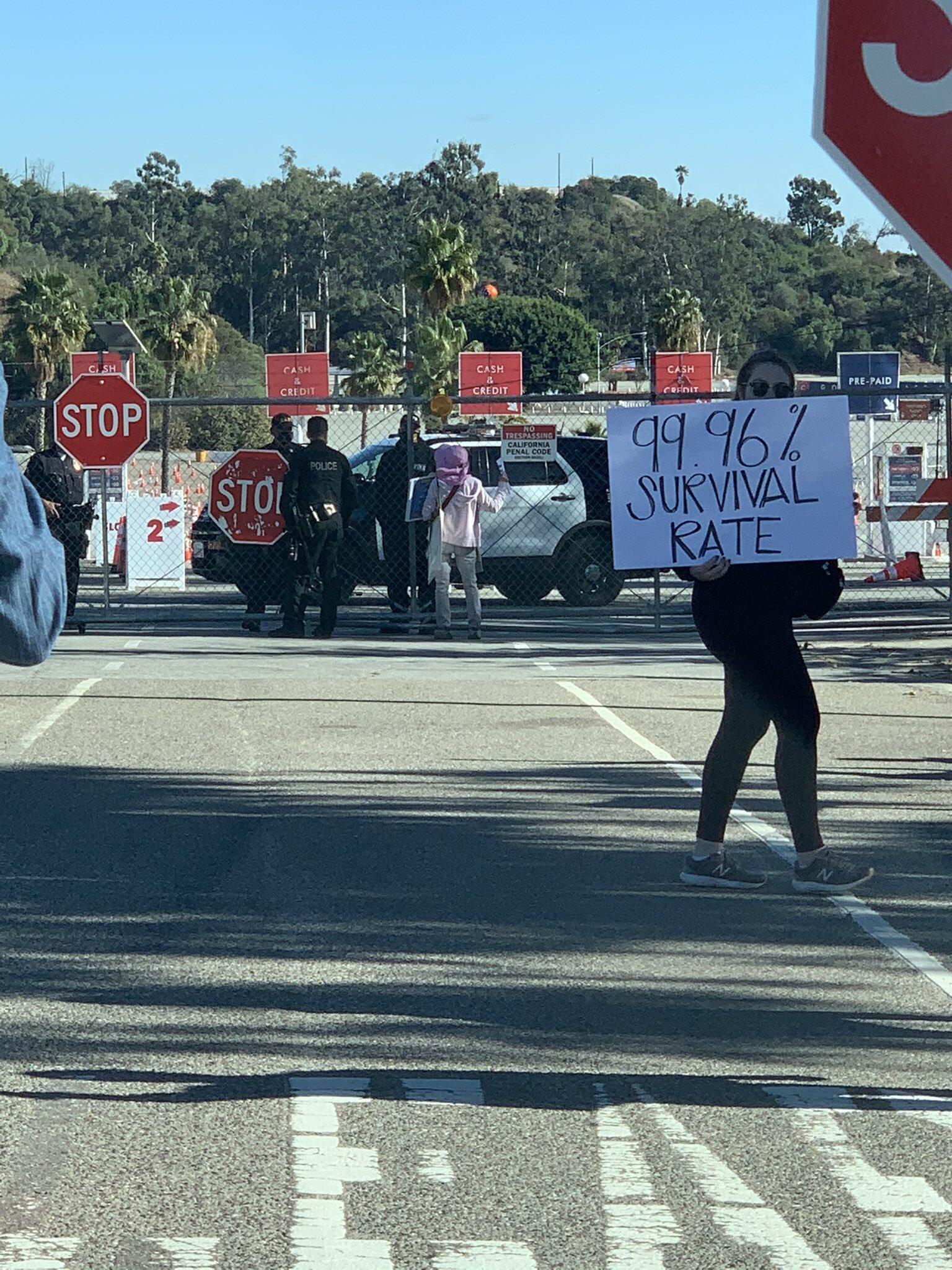 Des antivax bloquent le Dodger Stadium, site de vaccination de masse à Los Angeles (photo @Mikel_Jollett...