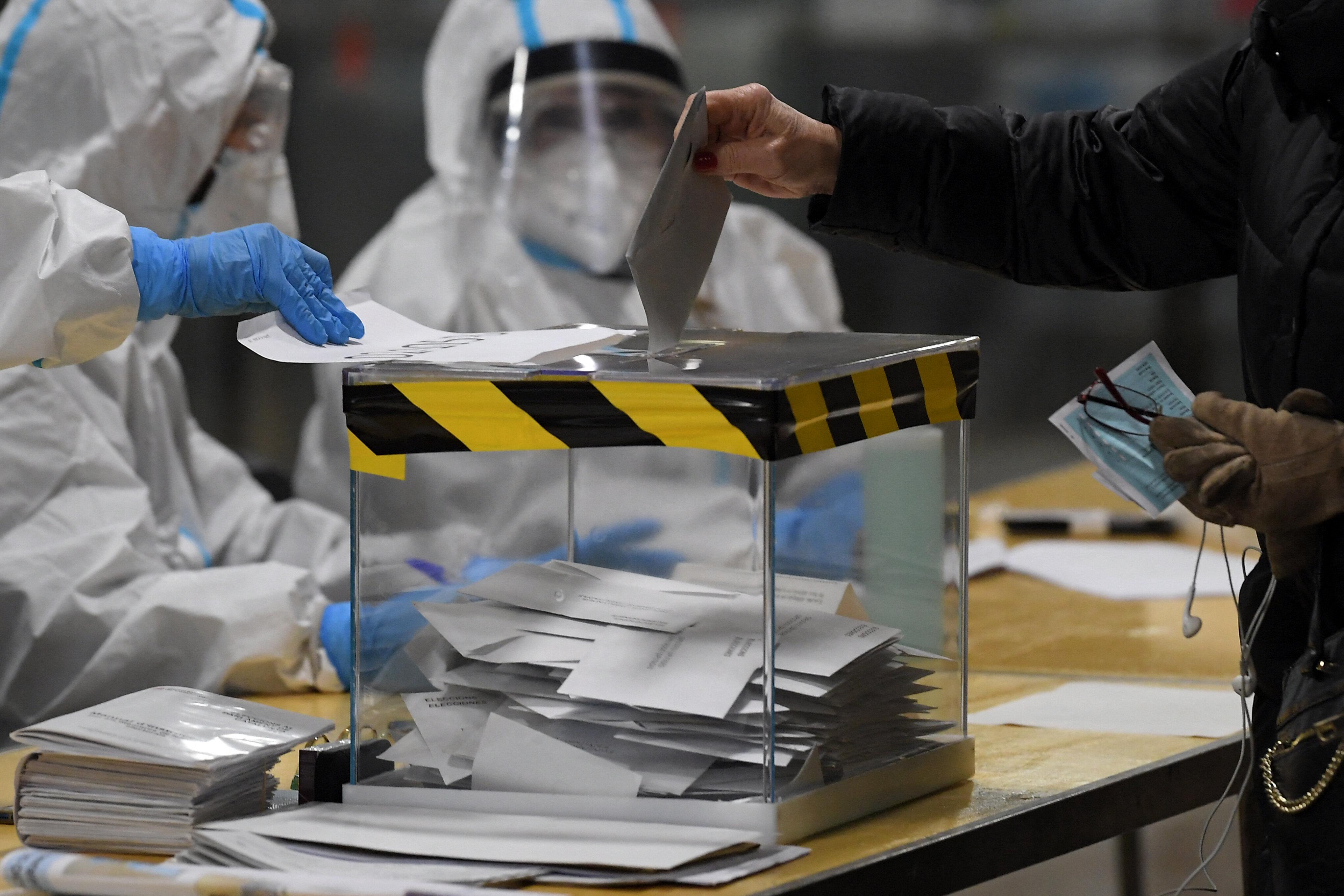 Dans un bureau de vote du marché Ninot, à Barcelone En Espagne, lors des élections...