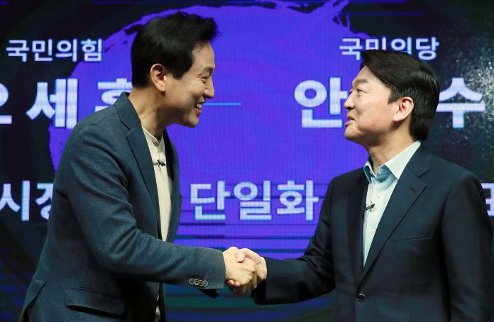 Candidate Se-hoon Oh (left) and Mayor of Seoul City Mayor Ahn Chul-soo greet after finishing the unification vision presentation held at The Plus Studio in Yeongdeungpo-gu, Seoul on the afternoon of the 15th.