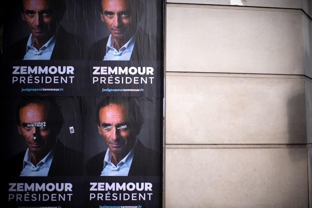 Des pancartes, exposées par des membres du comité de soutien, représentent l'idéologue d'extrême droite...