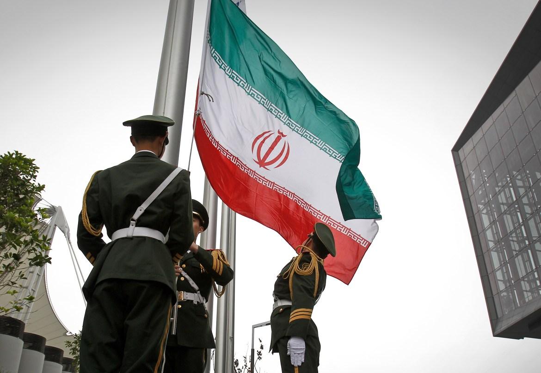 2010 - Φωτογραφία αρχείου Κινέζοι αστυνομικοί προχωρούν σε έπαρση της ιρανικής σημαίας λίγο πριν την...