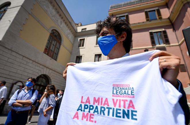 Marco Cappato con una maglietta durante la raccolta firme per il referendum sull'eutanasia legale organizzato dall'Associazione Luca Coscioni a Largo Argentina, Roma, 17 giugno 2021. ANSA/RICCARDO ANTIMIANI