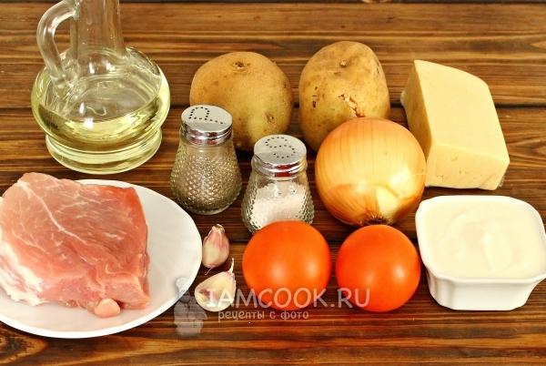 Ингредиенты для мяса по-французски с картошкой и помидорами
