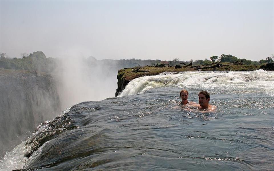 Turistas se arriscam e nadam na extremidade das Cataratas Vitória