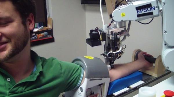 Empresa cria robô capaz de tirar o seu sangue
