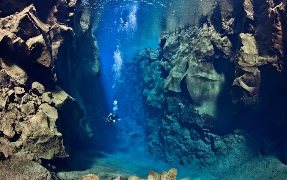 Sabia que é possível mergulhar entre duas placas tectônicas na Islândia?