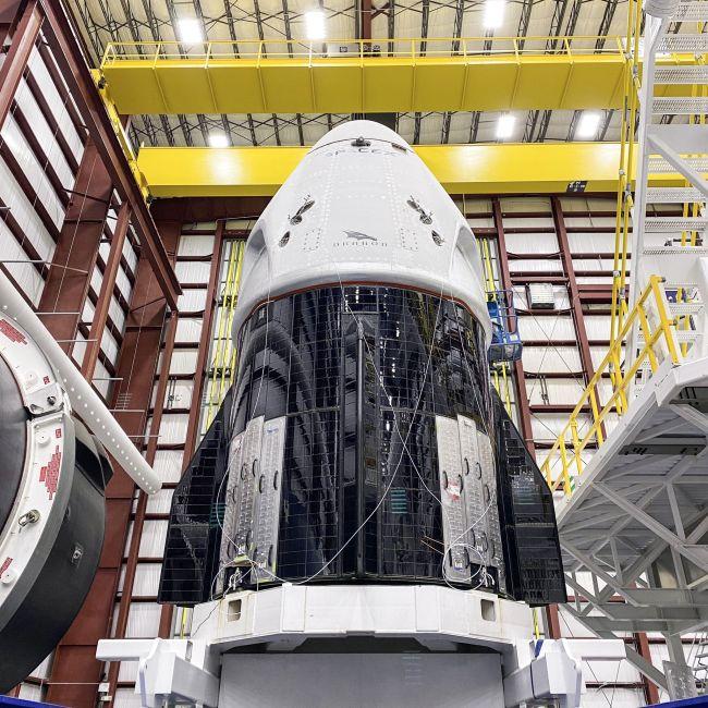 Os astronautas viajarão na cápsula Crew Dragon.