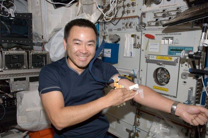 O astronauta Akihiko Hoshide, depois de coletar sangue a bordo da ISS.