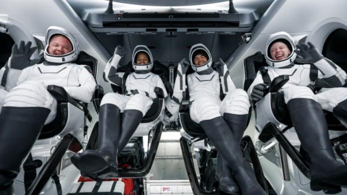 A equipe da Inspiration4 de volta à Terra com segurança