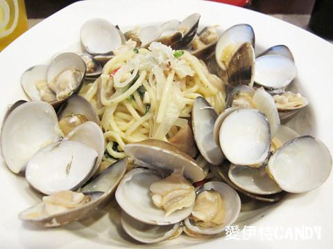『花蓮市區_自在煮義義大利麵』這是大胃王分量的吧!滿版海鮮的義大利麵~