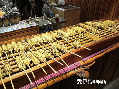 『花蓮自強夜市_林記燒番麥』那麼大間的店面,只賣烤玉米?!!重點超多人排的阿~~