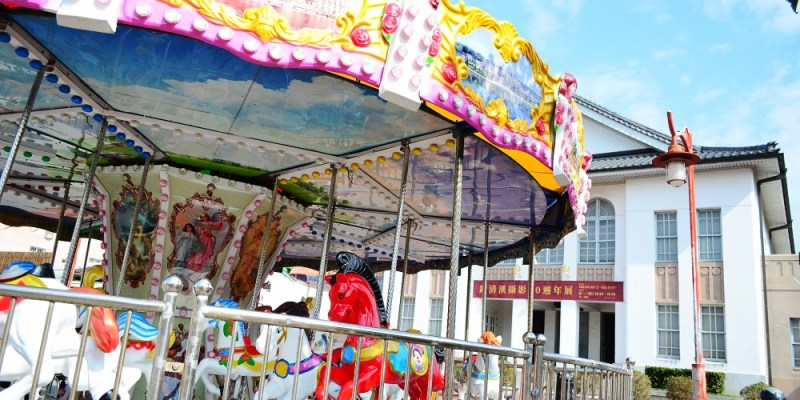 鹿港景點_公會堂前旋轉木馬│過年限定的彩色旋轉木馬就在鹿港老街內!