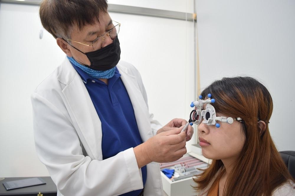 視康佳眼鏡行│彰化客製化眼鏡推薦!彰化驗光師推薦!採預約制,單驗光就要一個小時。