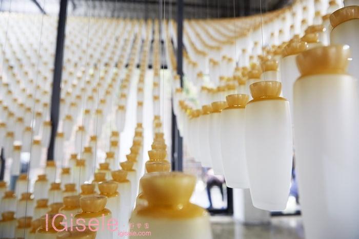 2014雪花文化展 SKIN=NIKS 1F藝術作品 - 以雪花秀滋陰水空瓶,以10公分為間隔,懸掛出猶如正飄浮在空中8
