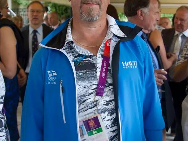 Juha Hirvi valmensi Suomen olympia-ampujia Lontoossa kesällä 2012.