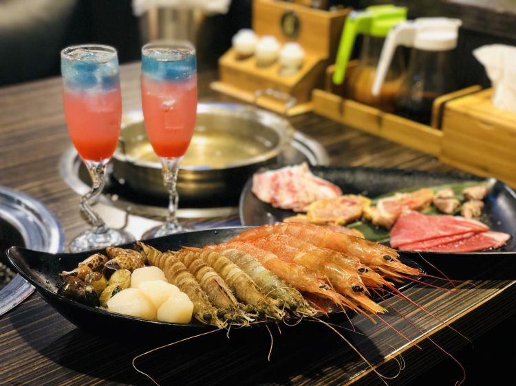 【高雄美食】好客海鮮炭火燒肉吃到飽—新光三越三多店,生蠔無限供應、調酒暢飲,吃肉喝酒爽度爆表!