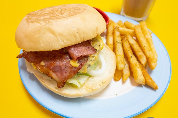 [梧棲美食]杯子早午餐的價格不貴、份量不少,花生醬厚牛堡的花生醬就像手滑般誇張的多、比牛肉還厚。