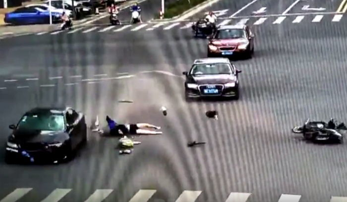 6ld08cxq68737k33ck15 - 車に引かれた苦痛にもかかわらず、倒れた娘を確認する母親(映像)