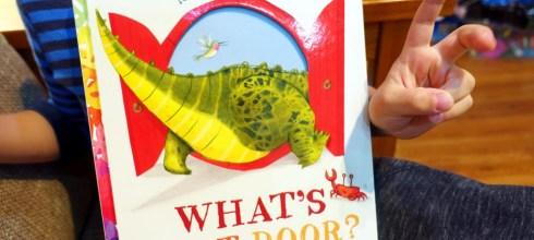 一本有神奇句子,會讓小孩超坐的住的故事書|What's Next Door?|我想給它六顆星