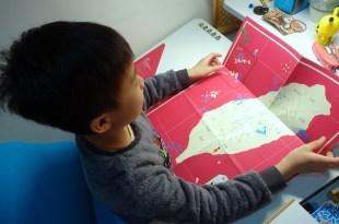 不能出國就準備《台灣地圖貼紙書》