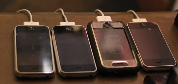 Varios iPhones en su momento de recarga