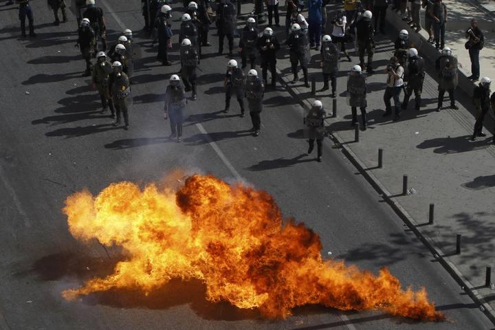 https://i2.wp.com/img.irtve.es/imagenes/cocteles-molotov-caen-cerca-agentes-policia-atenas-durante-jornada-huelga-general/1350559360284.jpg
