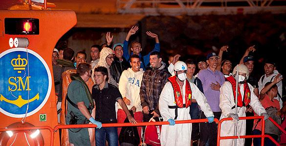 https://i2.wp.com/img.irtve.es/imagenes/llegada-puerto-cartagena-87-inmigrantes-argelinos/1284683658775.jpg