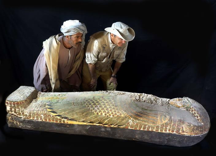 Observando el sarcófago que contenía a Neb, una momia del año 1600 a.C.