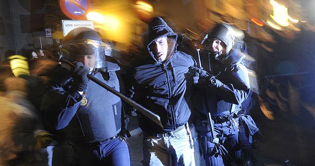 La policía carga en Madrid contra manifestantes que protestan contra la reforma laboral