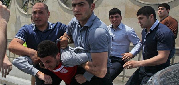 Simpatizantes de la oposición se enfrentan a la Policía en Bakú, Azerbaiyán, el 24 de mayo