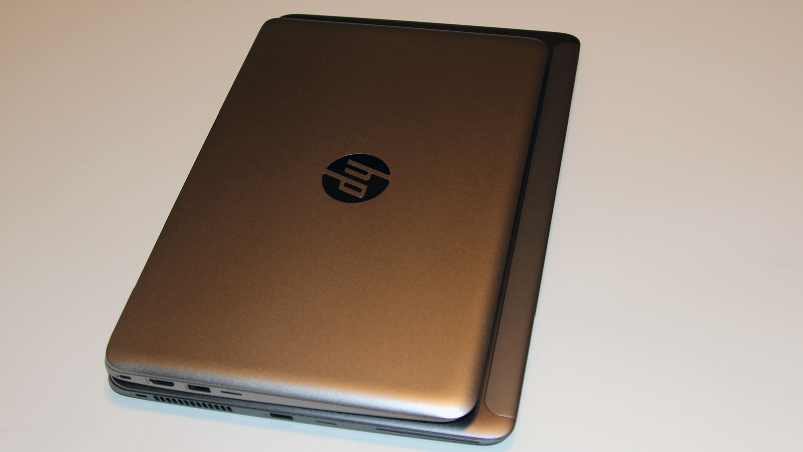 EliteBook 1020 on top of an EliteBook 1040