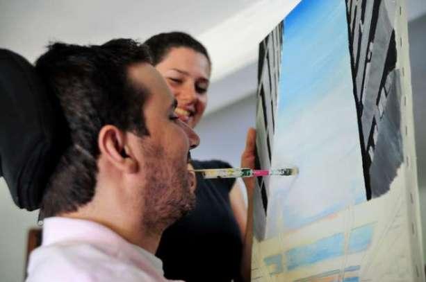 'Castelinho do padre' é uma das obras preferidas do artista. Pinturas são feitas com a boca e Leandro precisa de ajuda para o trabalho - EMIDIO MARQUES