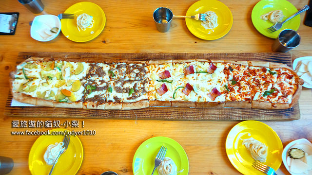 【濟州島美食】石頭爺爺烤披薩피자굽는 돌하르방,《愛玩客》也介紹過的超大披薩,一次滿足你四種濟州島在地口味哦~